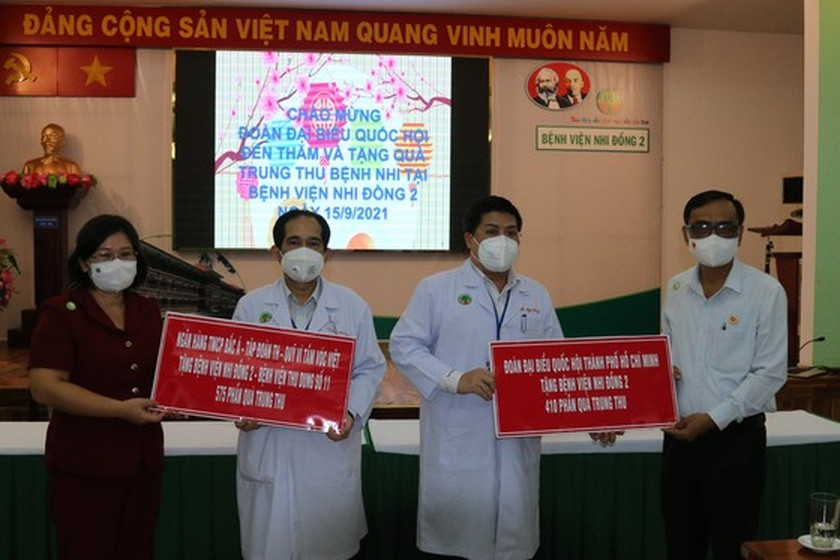 NA delegation of HCMC gives mid-autumn festival gifts to pediatric patients  ảnh 5