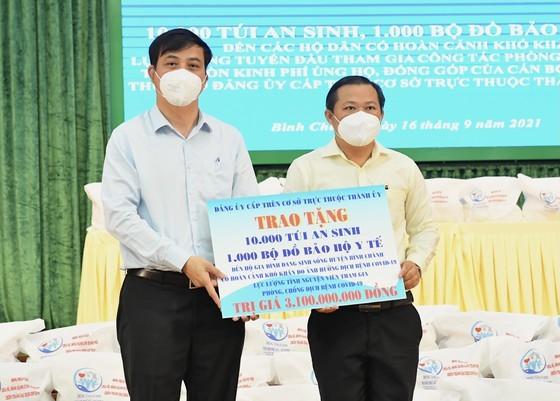 Senior leaders of HCMC visit Covid-19 hit people facing difficult circumstances  ảnh 1