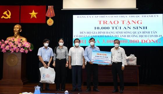 Senior leaders of HCMC visit Covid-19 hit people facing difficult circumstances  ảnh 2