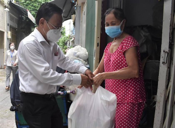 Senior leaders of HCMC visit Covid-19 hit people facing difficult circumstances  ảnh 6