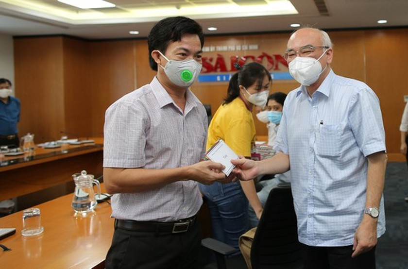 City leader visits, encourages SGGP Newspaper's Covid-19 infectious reporters  ảnh 1