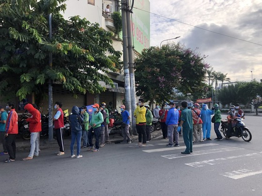 HCMC streets more crowded, shippers make long queues for Covid-19 testing ảnh 5