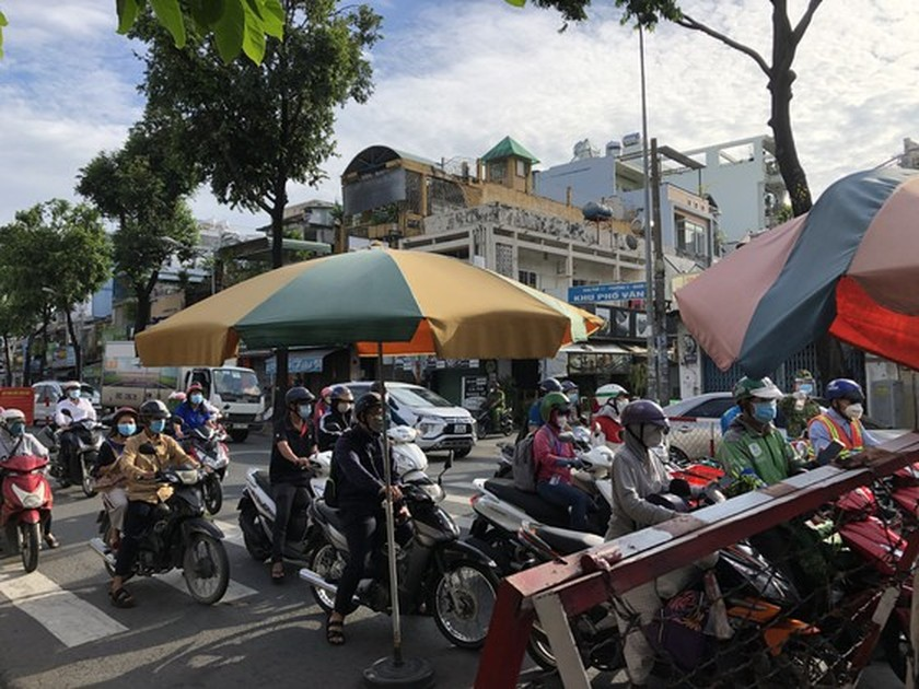 HCMC streets more crowded, shippers make long queues for Covid-19 testing ảnh 1