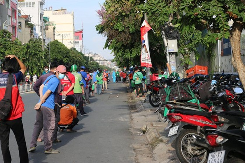 HCMC streets more crowded, shippers make long queues for Covid-19 testing ảnh 6