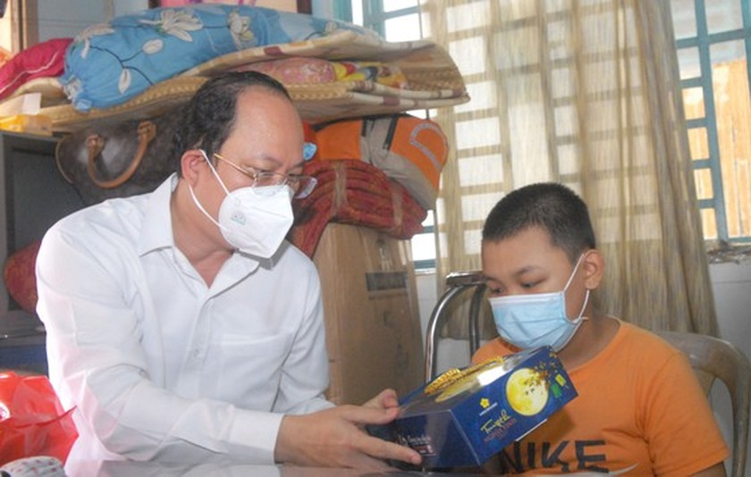 City leader visits children orphaned by Covid-19 ảnh 1