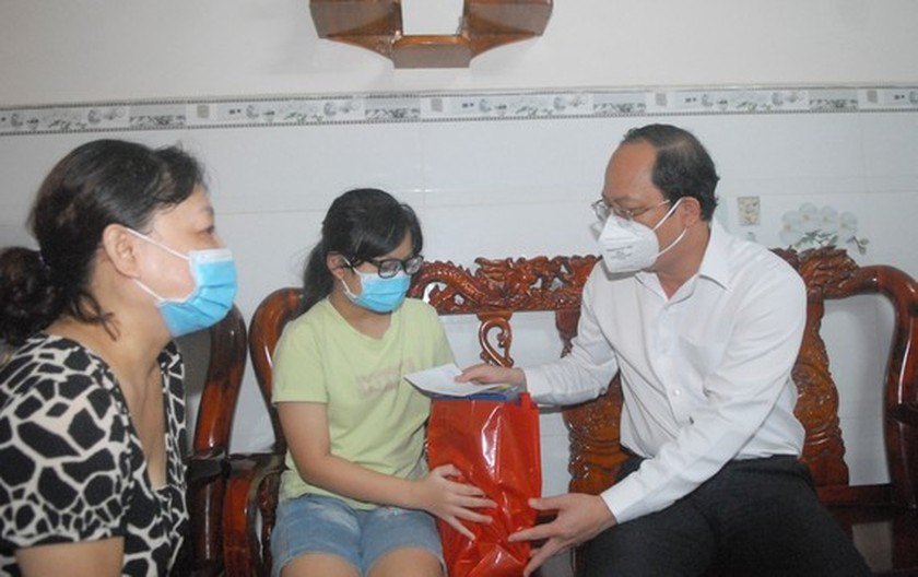 City leader visits children orphaned by Covid-19 ảnh 3