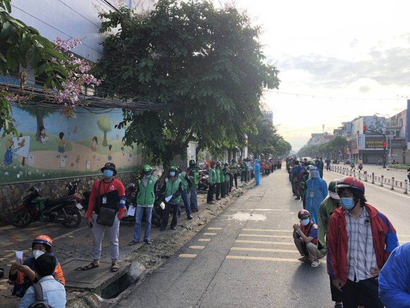 HCMC streets more crowded, shippers make long queues for Covid-19 testing ảnh 4