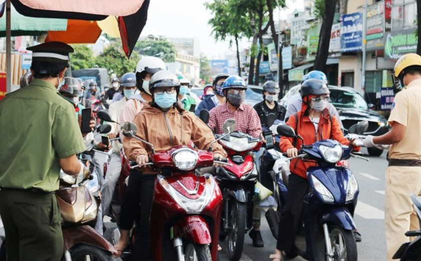 HCMC streets more crowded, shippers make long queues for Covid-19 testing ảnh 2