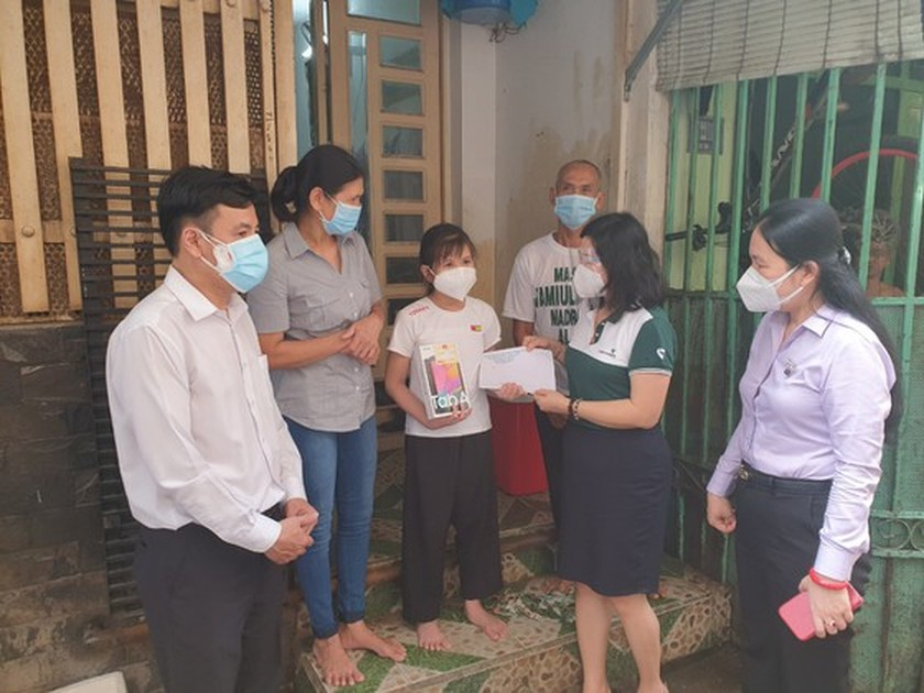 HCMC presents devices for online learning to needy pupils ảnh 1
