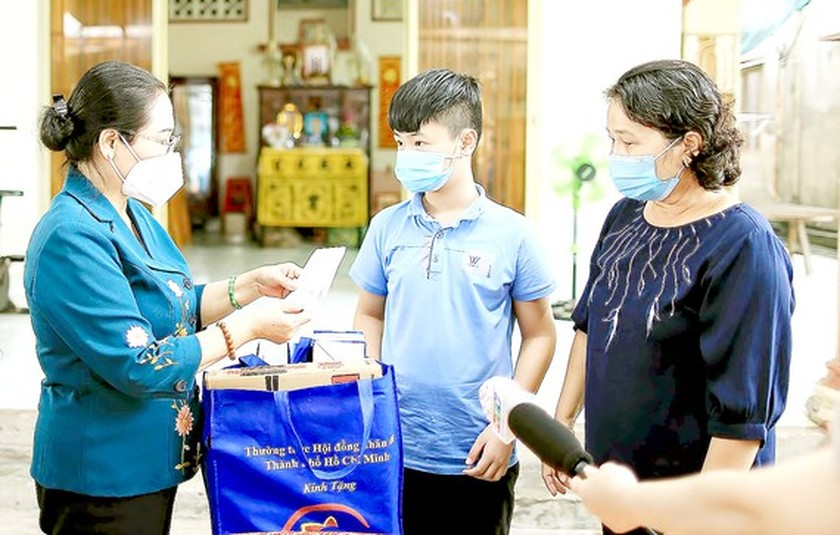 City leaders visit, encourage children orphaned by Covid-19  ảnh 1
