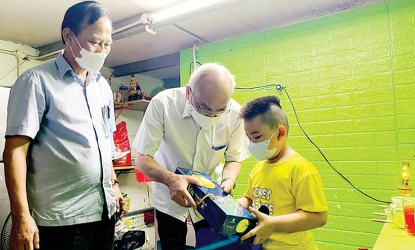 City leaders visit, encourage children orphaned by Covid-19  ảnh 2