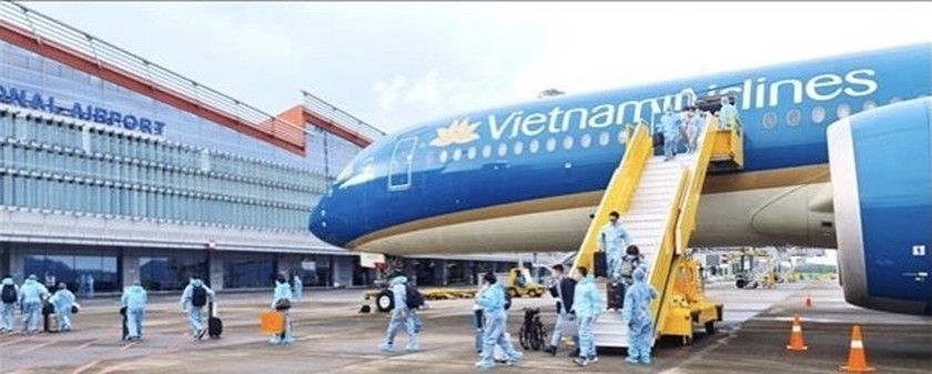"""Van Don airport welcomes over 300 passengers from France with """"vaccine passport"""" ảnh 1"""