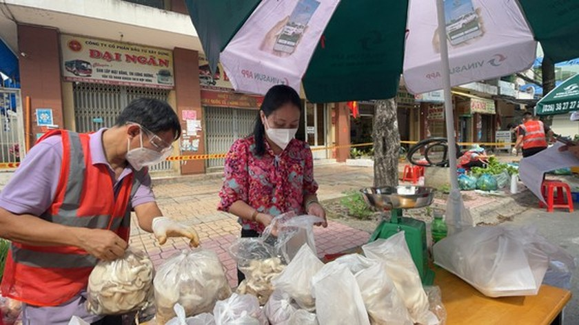 District 5 opens one more field market serving people in Covid-19 free area ảnh 2