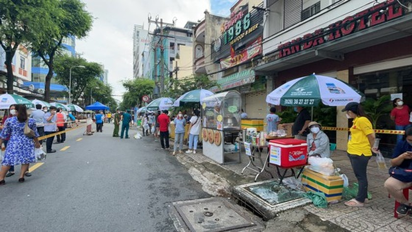 District 5 opens one more field market serving people in Covid-19 free area ảnh 4
