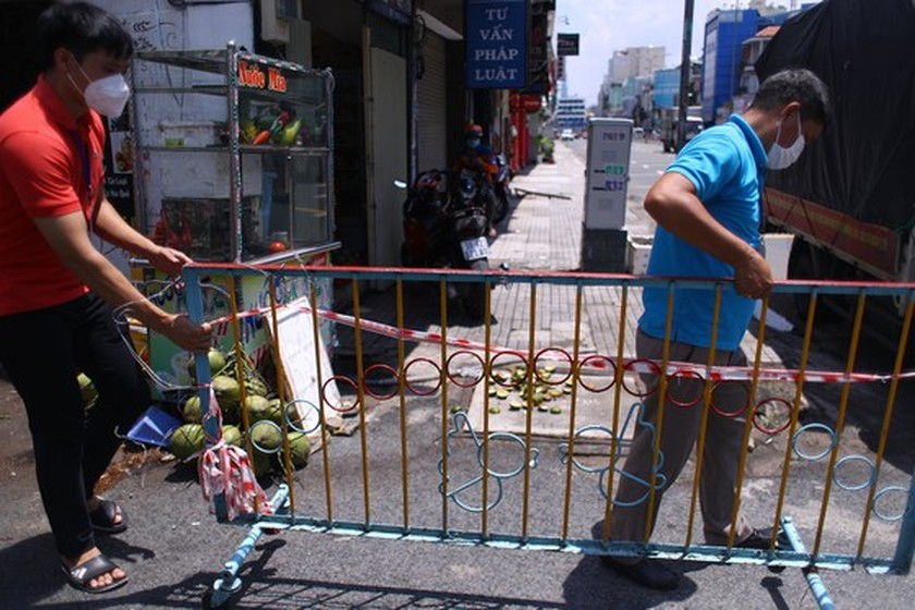 HCMC removes barriers on roads, alleys  ảnh 1
