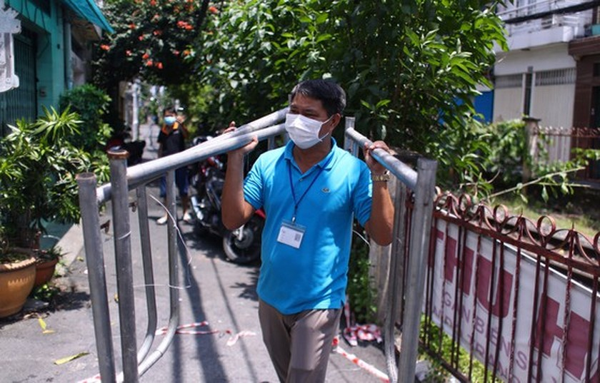 HCMC removes barriers on roads, alleys  ảnh 2
