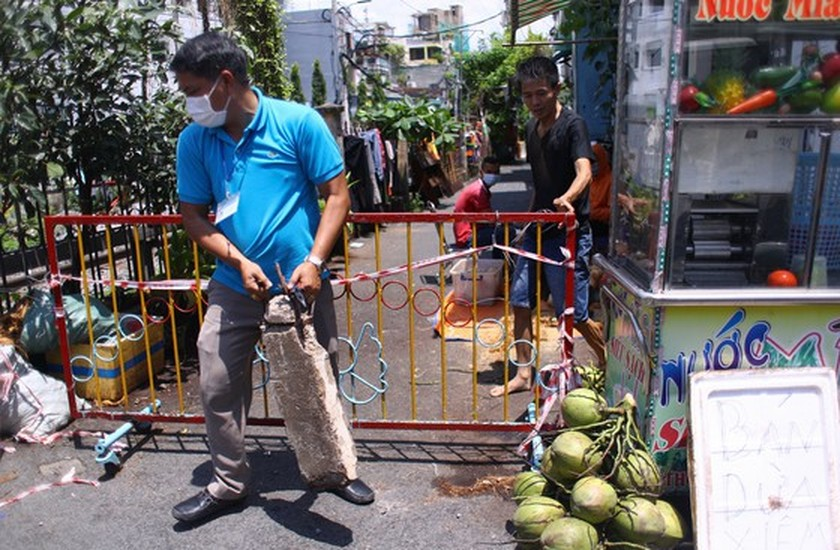 HCMC removes barriers on roads, alleys  ảnh 7