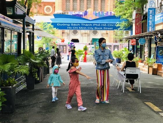 HCMC Book Street reopens after social distancing  ảnh 5