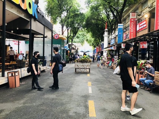 HCMC Book Street reopens after social distancing  ảnh 4