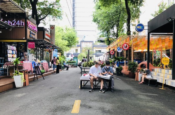 HCMC Book Street reopens after social distancing  ảnh 3