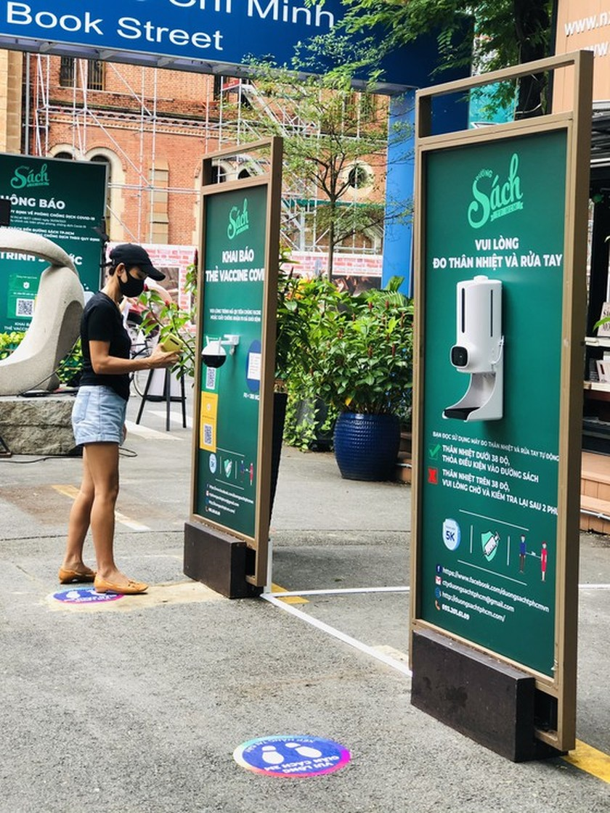 HCMC Book Street reopens after social distancing  ảnh 1