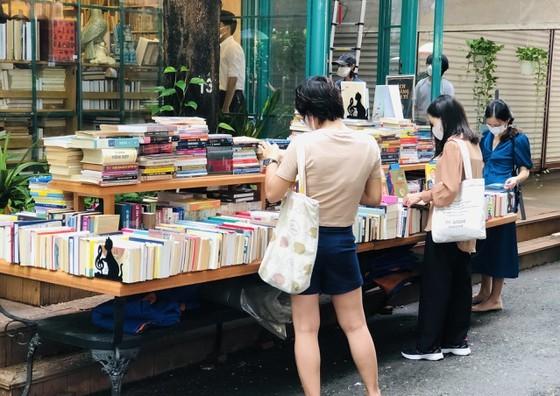 HCMC Book Street reopens after social distancing  ảnh 6
