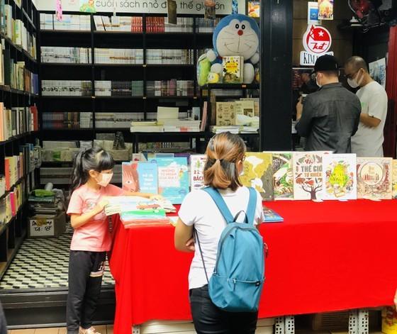 HCMC Book Street reopens after social distancing  ảnh 10