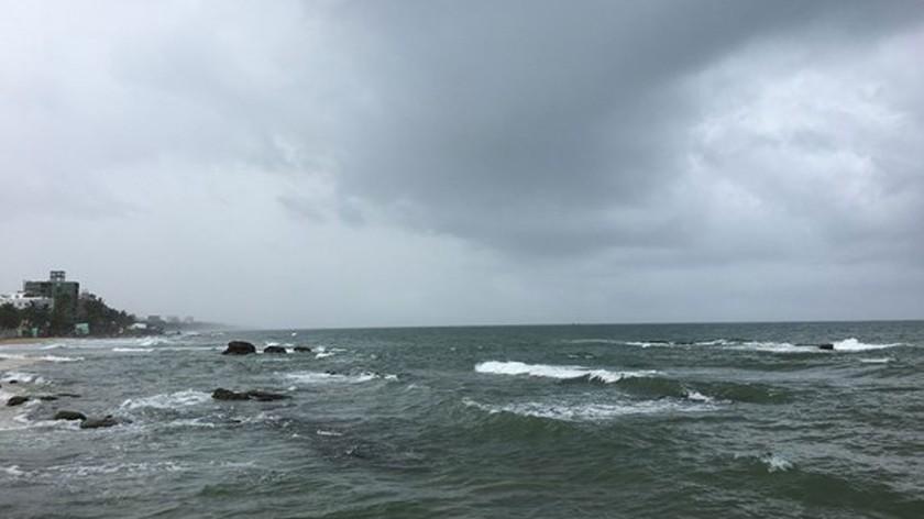 Typhoon Kompasu brings extreme rainfall, gales across North-Central region ảnh 1