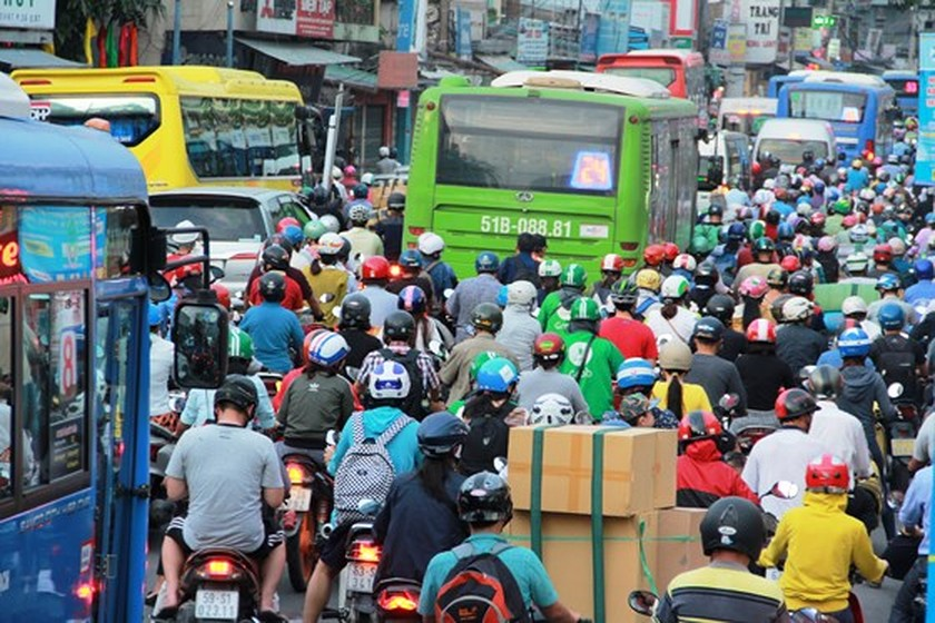 Streets to coach stations crowded with holidaymakers on year- end days ảnh 1