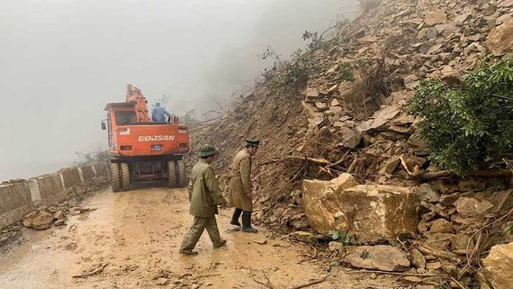 Landslide blocks approach road to international border gate in Ha Tinh ảnh 8
