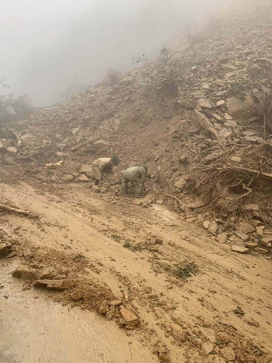 Landslide blocks approach road to international border gate in Ha Tinh ảnh 2