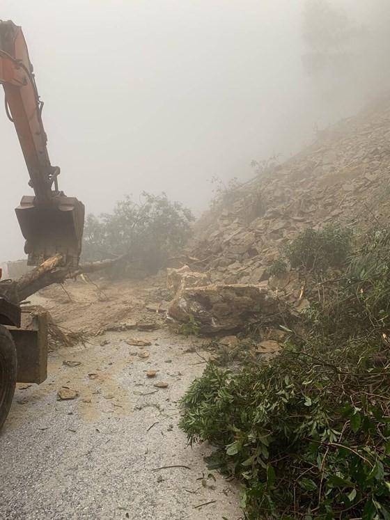 Landslide blocks approach road to international border gate in Ha Tinh ảnh 3