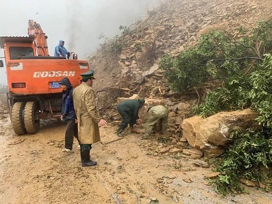 Landslide blocks approach road to international border gate in Ha Tinh ảnh 4