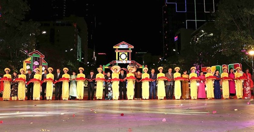 HCMC flower, book streets open ringing lunar New Year ảnh 1