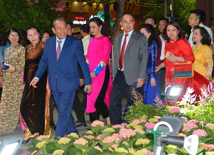 HCMC flower, book streets open ringing lunar New Year ảnh 2