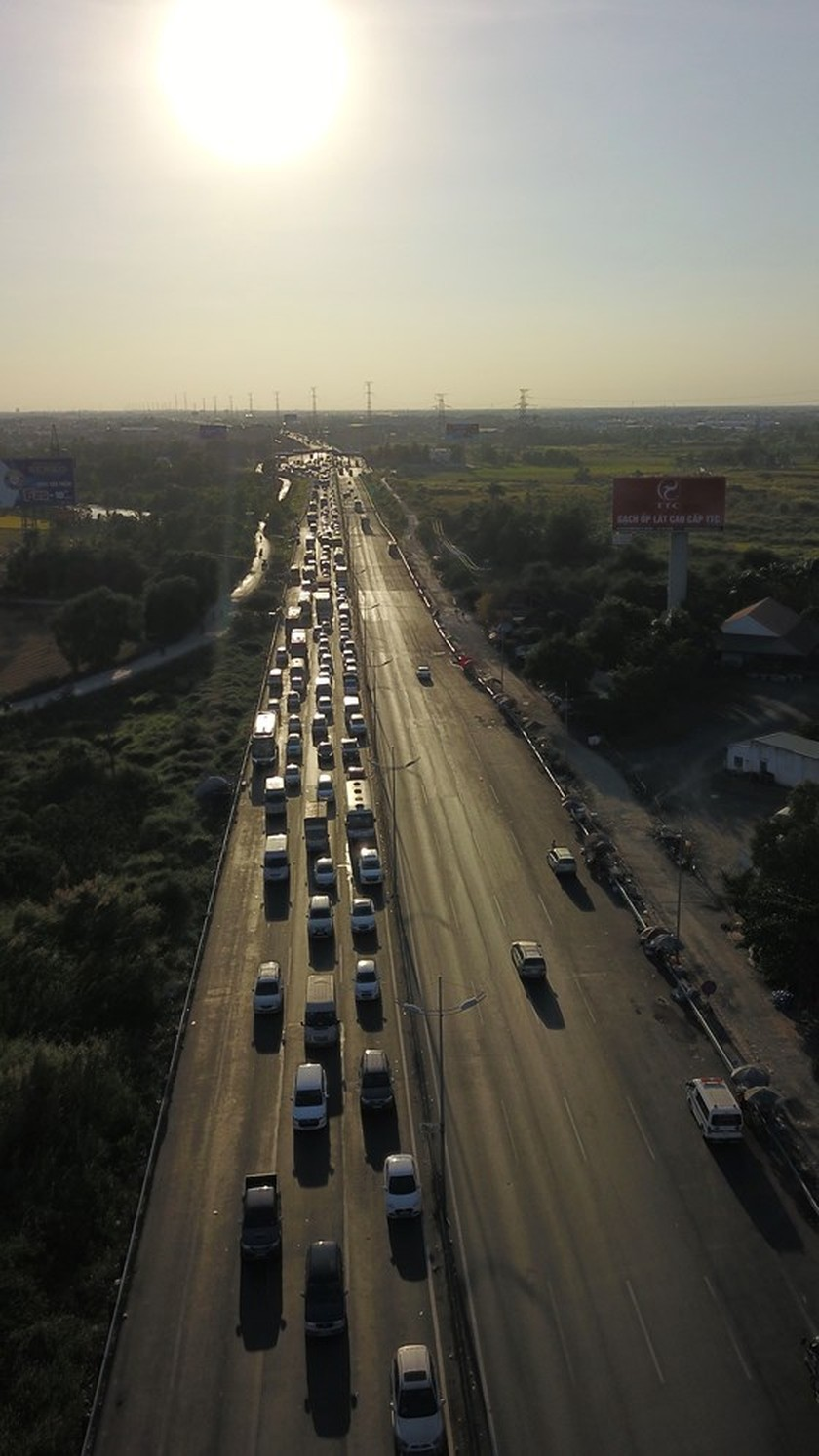 Severe traffic snarl occurs with streams of holidaymakers return to HCMC  ảnh 11