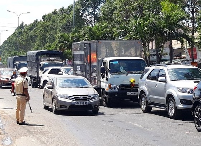 Severe traffic snarl occurs with streams of holidaymakers return to HCMC  ảnh 21