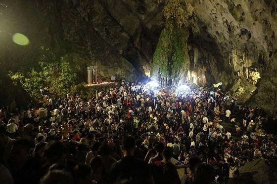 Visitors flock to Huong Pagoda Festival in Hanoi ảnh 2