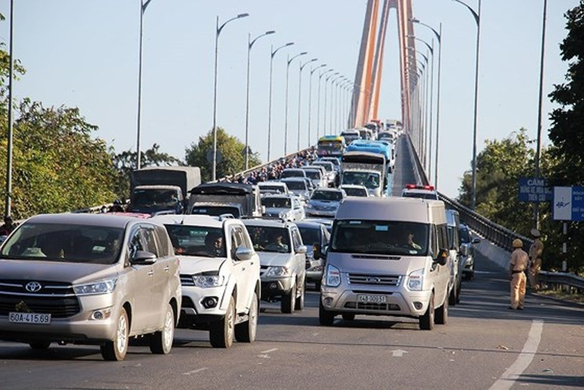 Severe traffic snarl occurs with streams of holidaymakers return to HCMC  ảnh 22