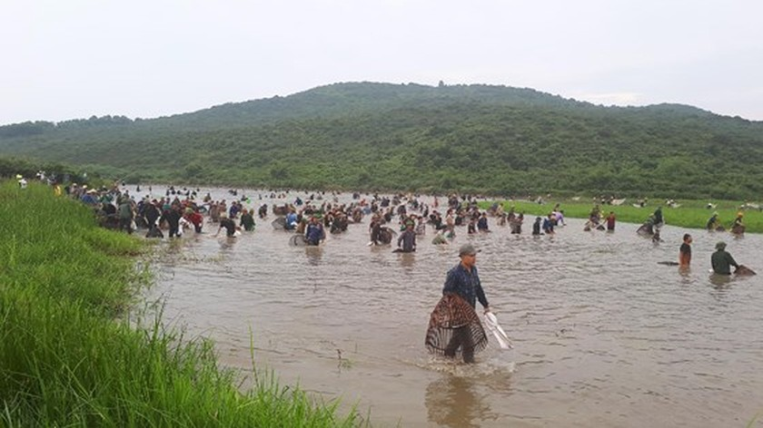 Thousands of people attend fishing festival in Ha Tinh province ảnh 1