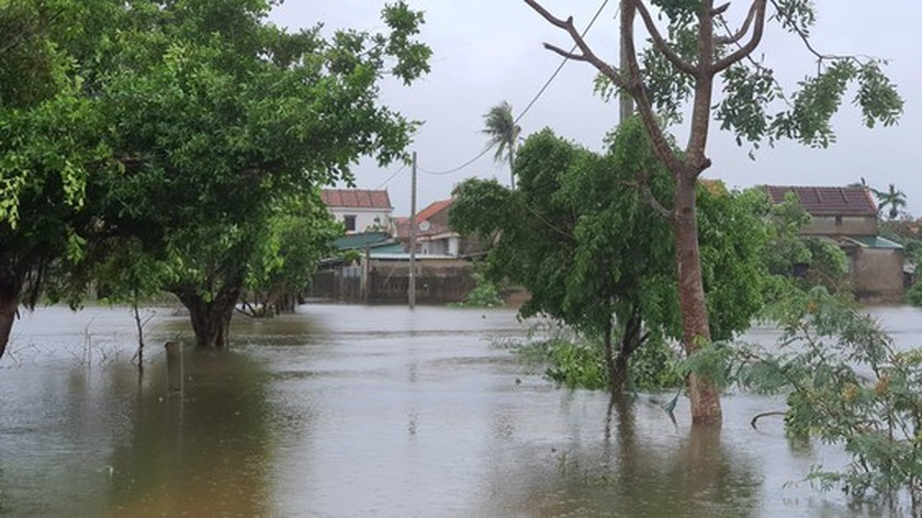Quang Binh swamped by floodwaters ảnh 2