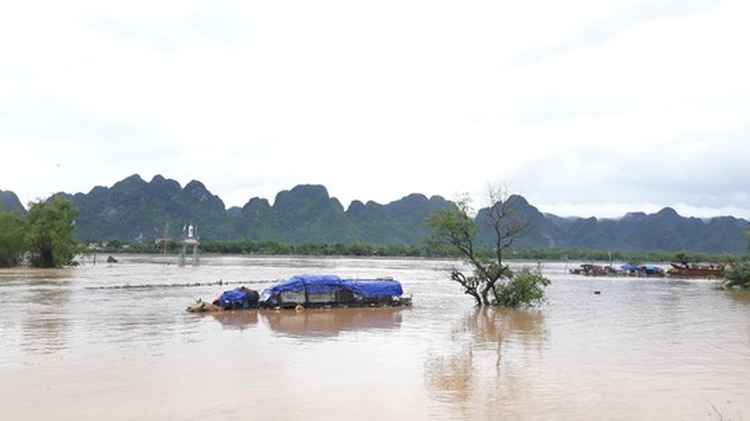 Quang Binh swamped by floodwaters ảnh 4