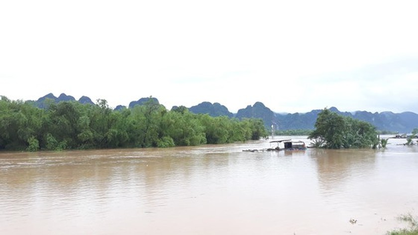 Quang Binh swamped by floodwaters ảnh 6