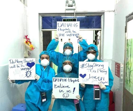 Doctors continue to combat Covid-19 at Da Nang hotspot ảnh 1