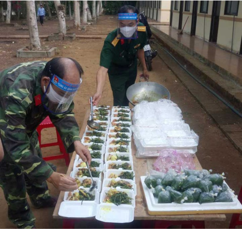 Field hospital gets meals from local soldiers during Covid-19 ảnh 10