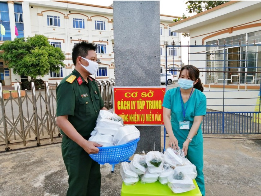 Field hospital gets meals from local soldiers during Covid-19 ảnh 11