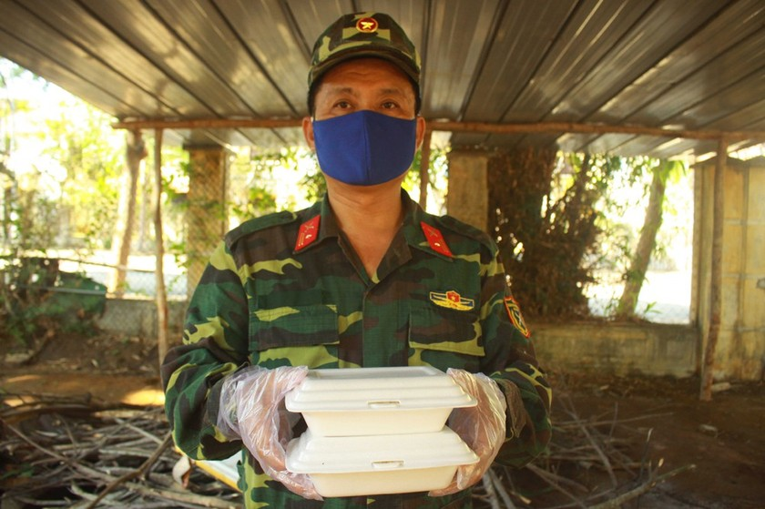 Field hospital gets meals from local soldiers during Covid-19 ảnh 1
