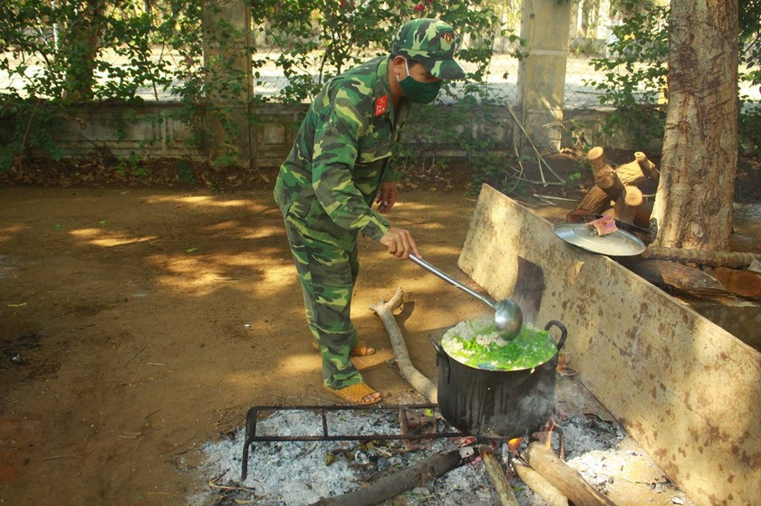 Field hospital gets meals from local soldiers during Covid-19 ảnh 5