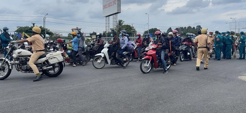 Thousand of migrant workers convinced to stay as they try to leave HCMC ảnh 8