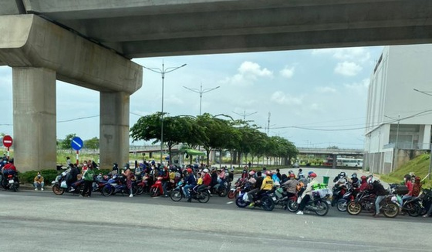 Thousand of migrant workers convinced to stay as they try to leave HCMC ảnh 5